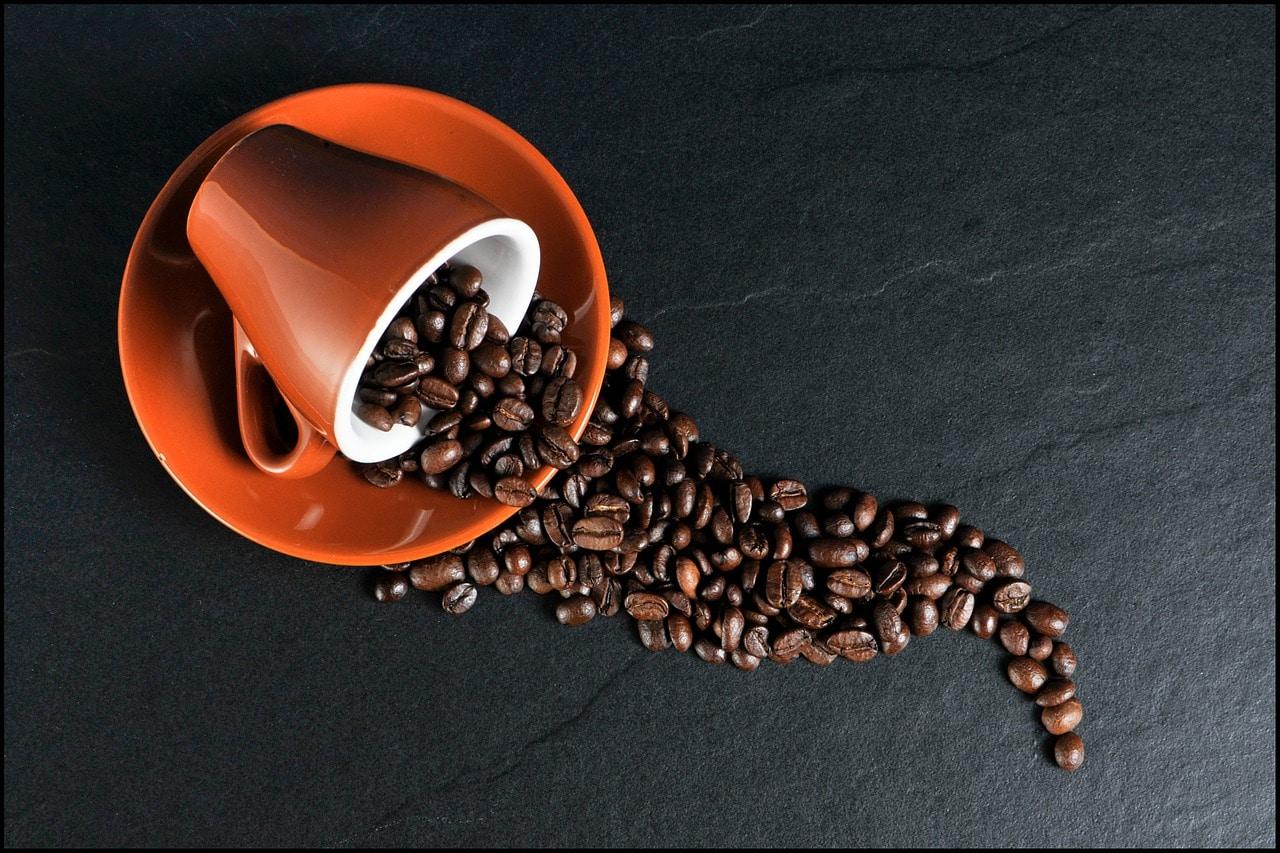 Eine Kaffeetasse mit Kaffeebohnen