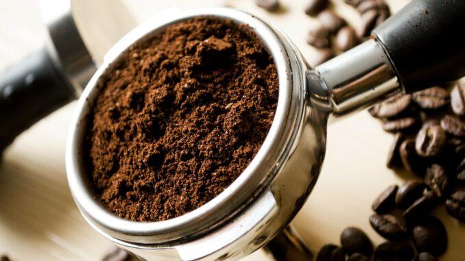Kaffee aus einer Kaffeemaschine