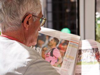 Seniorenwohnung Rentner mit Zeitung