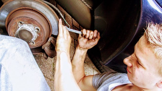 Um kleinere Reparaturen am Auto vorzunehmen, sollte bestimmtes Werkzeug vorhanden sein.