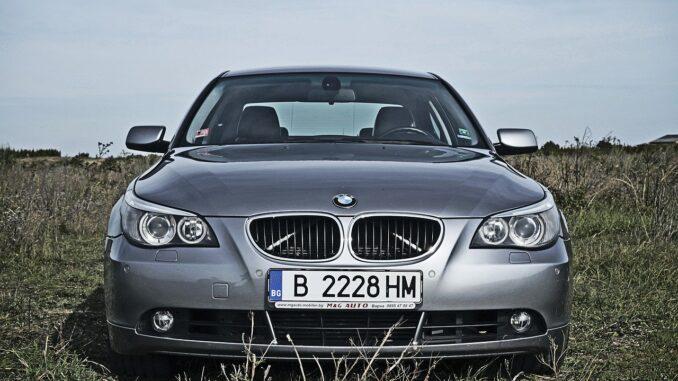 Kennzeichenhalter an einem BMW
