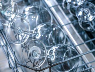Gläser in Industriespülmaschine