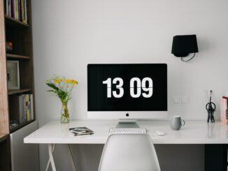 Schreibtisch im Arbeitszimmer